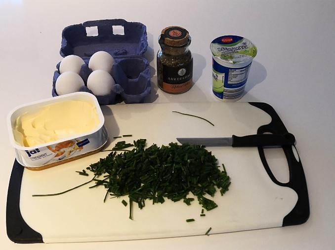Alle Zutaten zum Rührei mit Schnittlauch im Bild (Eier, Butter, Schnittlauch, Ankerkraut, Sahne)