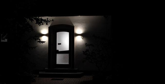 SLV Cube Sitra am Hauseingang bei Dunkelheit